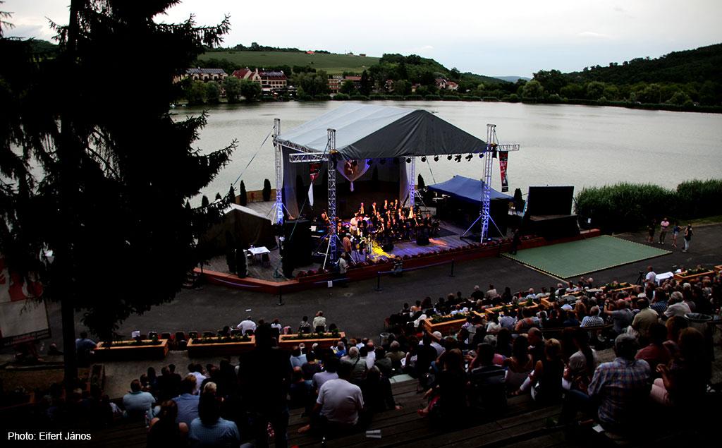 2017.06.30-Bánki-jazzfesztivál-tó-színpad-este (Eifert János felvétele)