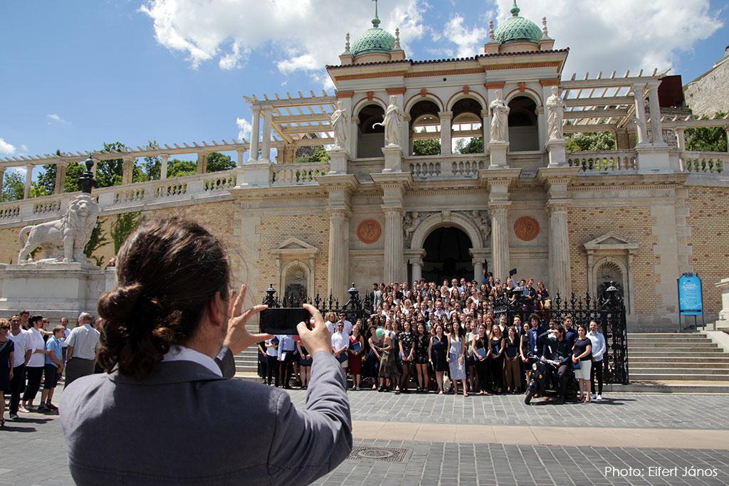 2017.06.30.-Várkert-Bazár-Diplomaátadó-ünnepség-után-Készül-a-csoportkép (Eifert János felvétele)