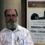 2017.08.03.-Miskolc-Gedeon-Péter-plakátja-előtt (Eifert János felvétele)