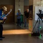 2017.09.04.-OTPbank-Galéria-Eifert-és-Csató-kiállításmegnyitó-Gyapi-mgitározik_Olasz-Ági-felvétele
