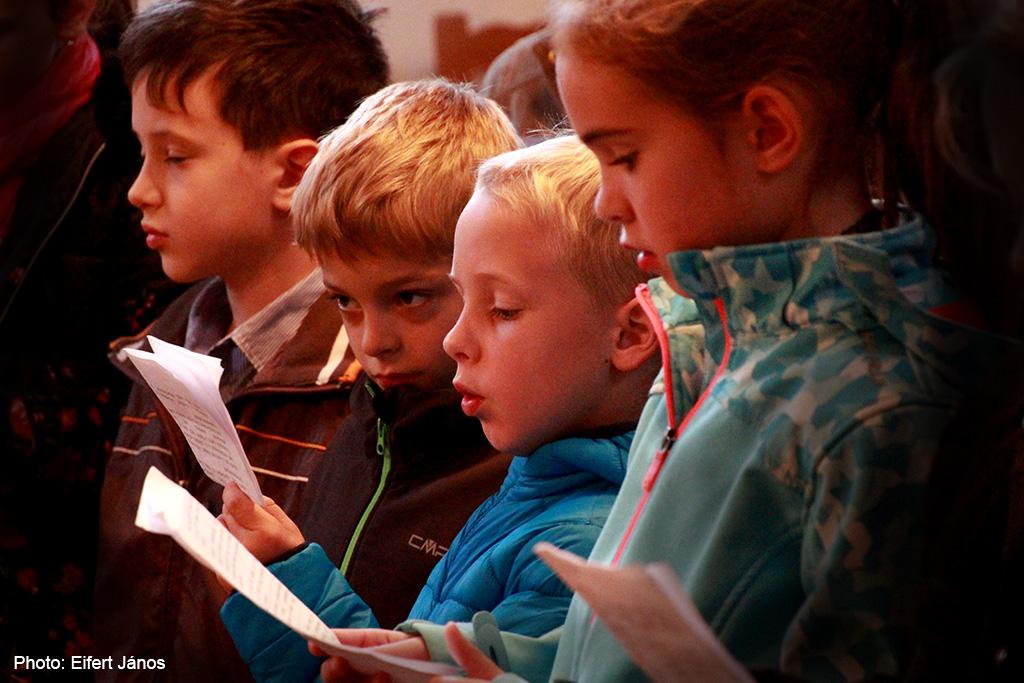 2017.10.22.-Veszprémvarsány-Hittanos-gyerekek-az-oltár-előtt-énekelnek (Eifert János felvétele)