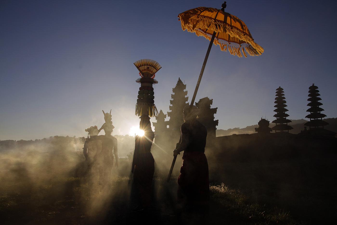 Szertartás a Tamblingan tó partján / Ceremony at Tamblingan See (Bali, 2016.07.06.)
